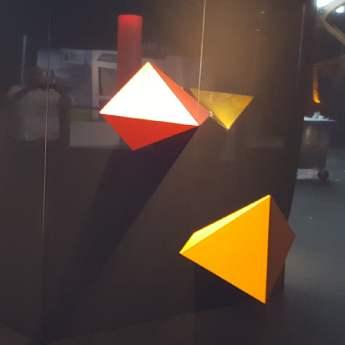 Pyramide murale poli miroir et inox