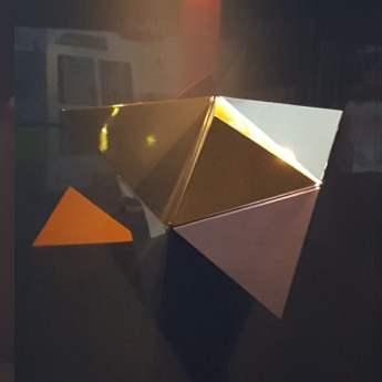 Pyramide miroir décoration urbaine