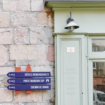Panneaux directionnels pour randonnées pédestres.