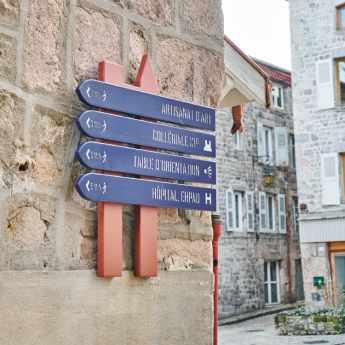 Panneaux directionnels pour itinéraire pédestre