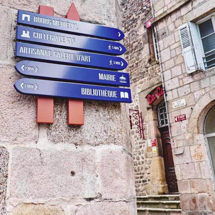 Panneaux directionnels pour itinéraire pédestre dans les villes et villages de caractères, les quartiers historiques et ville de patrimoine