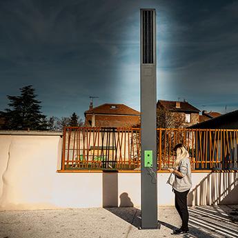 Borne Station de recharge pour téléphone portable. Gamme mobilier urbain connecté
