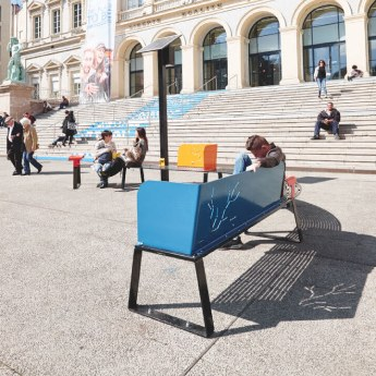 Banki is a solar connected street bench that allows mobile charge and USB connexion.