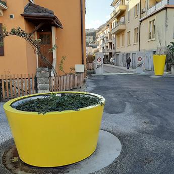 Gamme incluant une jardinière urbaine grande taille ronde et d'un pot urbain géant avec réserve d'eau. Ce mobilier urbain design se veut fonctionnel avec une fixation au sol et des points de levage